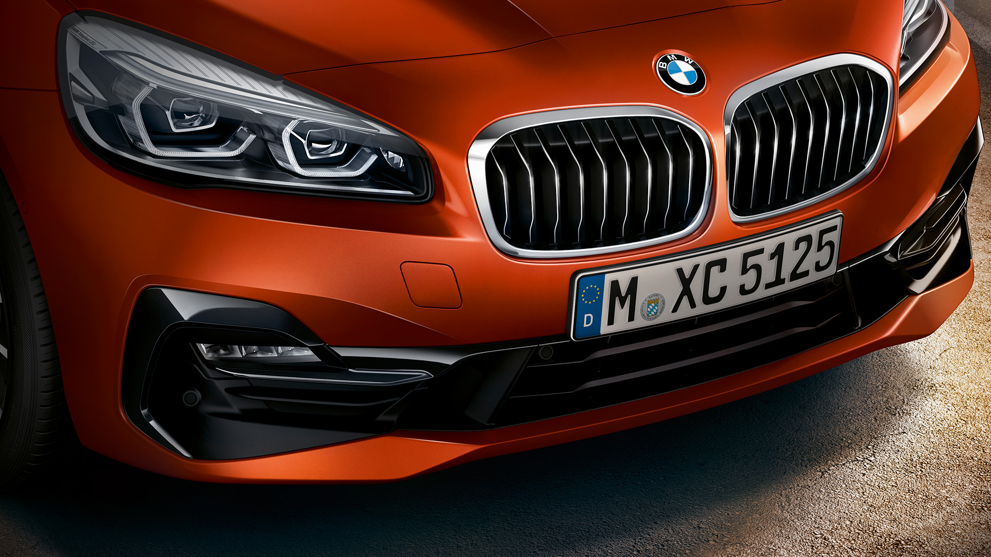 Grill BMW 2-serie Active Tourer F45 Facelift 2018 Sunset Orange metallic næropptak front