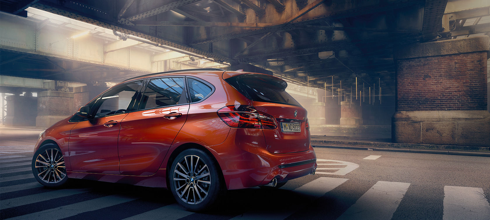 BMW 2-serie Active Tourer F45 Facelift 2018 Sunset Orange metallic sett fra siden stående i hall